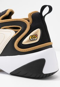 Nike Sportswear - ZOOM 2K - Sneakers basse - black/metallic gold/white/sail/gym red - 2