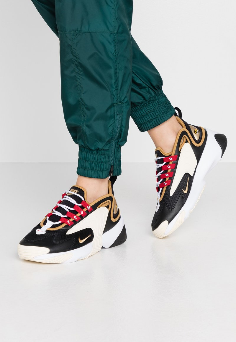 Nike Sportswear - ZOOM 2K - Sneakers laag - black/metallic gold/white/sail/gym red