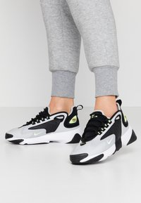 Nike Sportswear - ZOOM 2K - Sneakersy niskie - black/barely volt/grey fog/white - 0