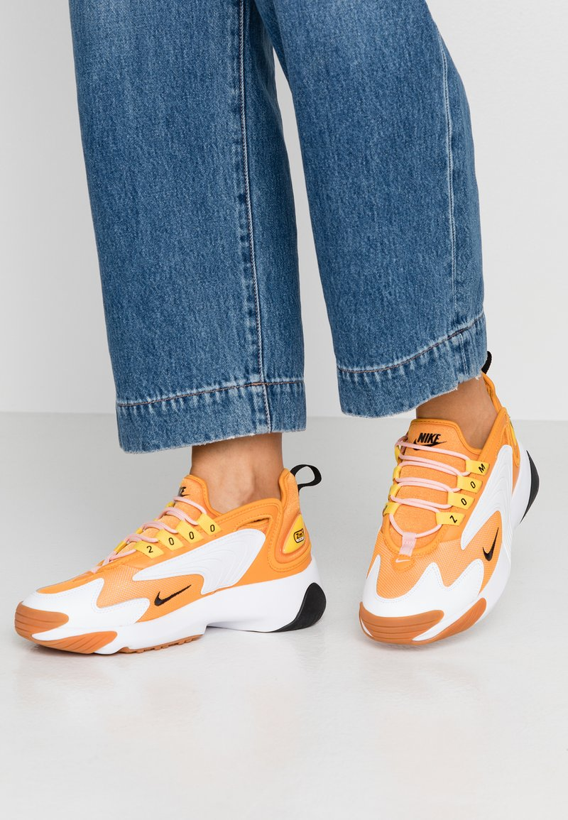 Nike Sportswear - ZOOM 2K - Sneakersy niskie - amber rise/black/coral stardust/chrome yellow/med brown/white