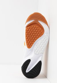 Nike Sportswear - ZOOM 2K - Sneakersy niskie - amber rise/black/coral stardust/chrome yellow/med brown/white - 6