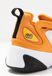Nike Sportswear - ZOOM 2K - Sneakersy niskie - amber rise/black/coral stardust/chrome yellow/med brown/white - 2