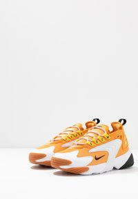 Nike Sportswear - ZOOM 2K - Sneakersy niskie - amber rise/black/coral stardust/chrome yellow/med brown/white - 4
