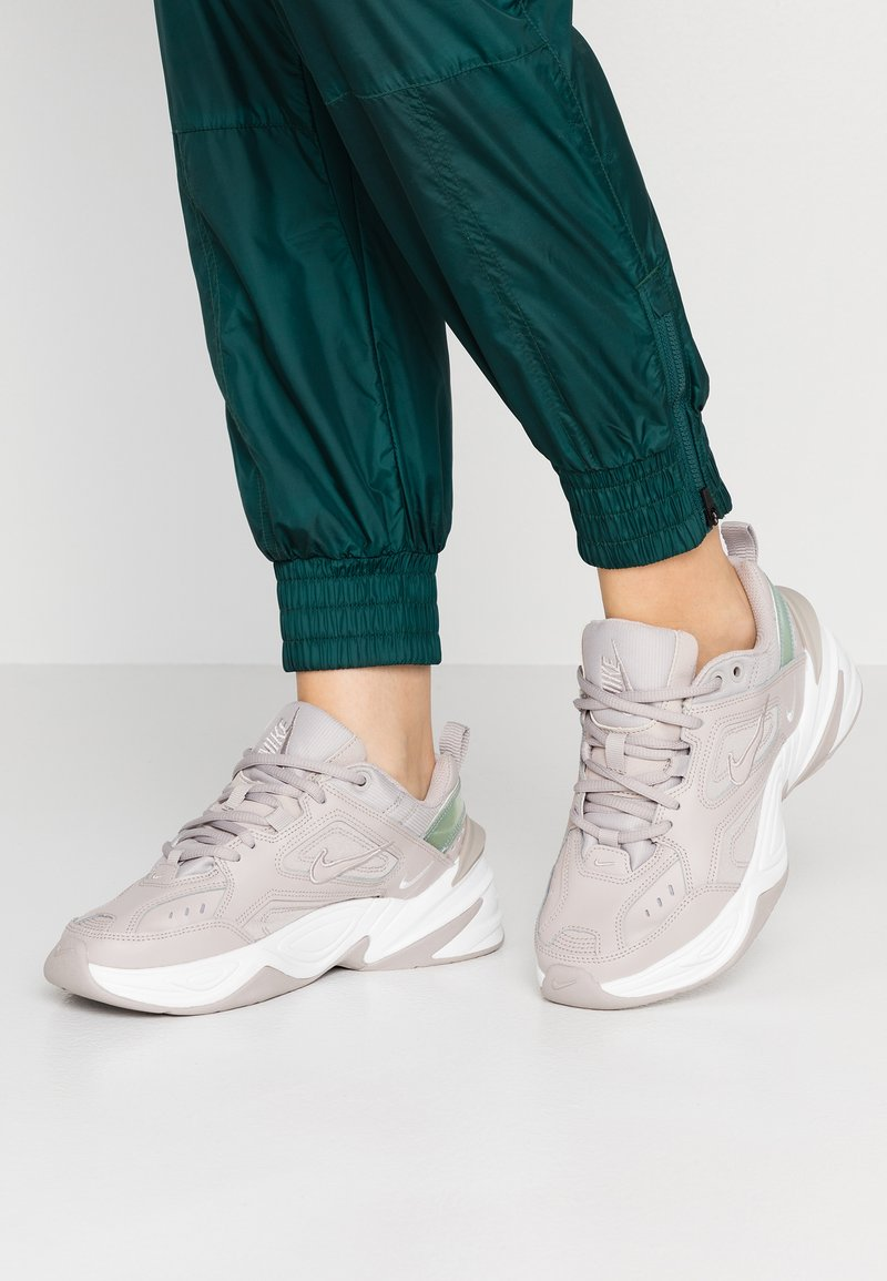 Nike Sportswear - M2K TEKNO - Sneakers basse - moon particle/summit white/white