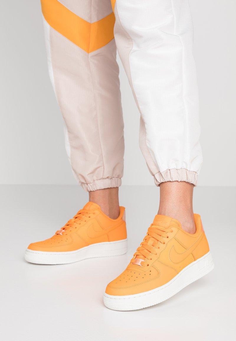 Nike Sportswear - AIR FORCE 1 '07 ESS - Sneaker low - orange peel/summit white