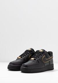 Nike Sportswear - AIR FORCE 1 '07 - Sneakers laag - black/black metallic gold/black - 6