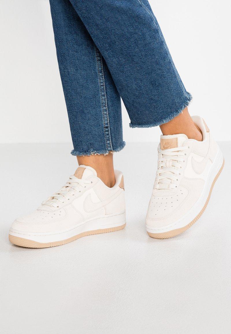 Nike Sportswear - AIR FORCE  - Sneaker low - pale ivory/summit white/tan
