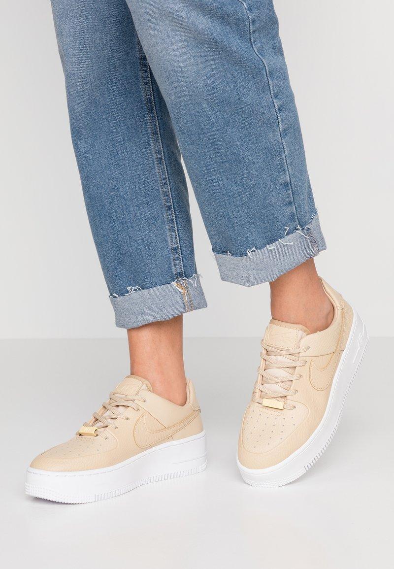 Nike Sportswear - AF1 SAGE - Trainers - desert ore/white