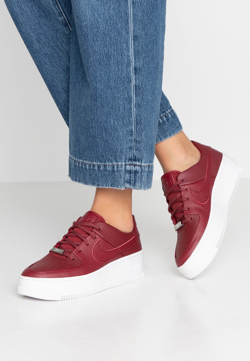 Nike Sportswear - AF1 SAGE - Matalavartiset tennarit - team red/noble red