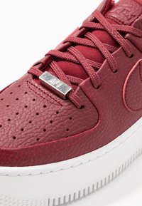 Nike Sportswear - AF1 SAGE - Matalavartiset tennarit - team red/noble red - 2
