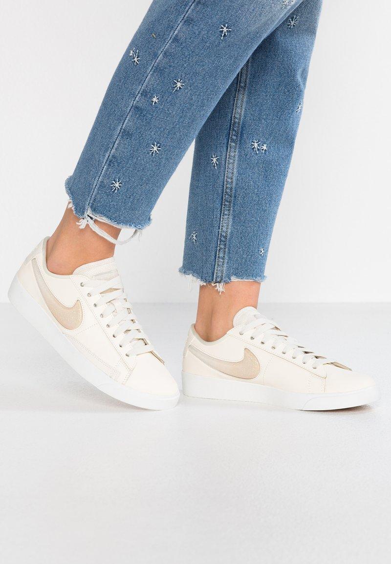 Nike Sportswear - W BLAZER LOW LX - Sneaker low - pale ivory/guava ice/summit white