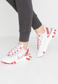 Nike Sportswear - REACT 55 - Joggesko - platinum tint/silver lilac/track red/black/sail - 0