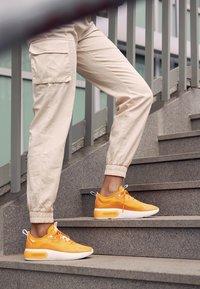 Nike Sportswear - AIR MAX DIA - Sneakers laag - orange peel/summit white - 4