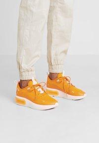 Nike Sportswear - AIR MAX DIA - Sneakers laag - orange peel/summit white - 0