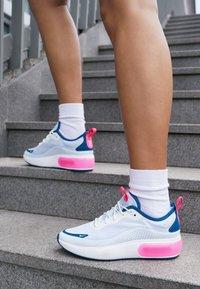 Nike Sportswear - AIR MAX DIA - Baskets basses - half blue/summit white/blue force/hyper pink - 4