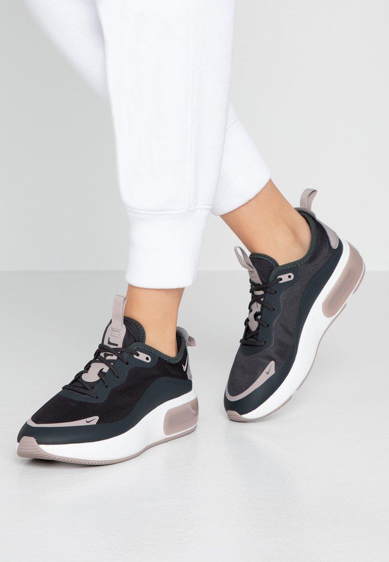 Nike Sportswear - AIR MAX DIA - Tenisky - off noir/pumice/black/summit white
