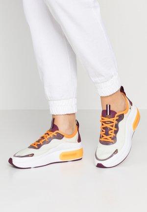 AIR MAX DIA SE - Sneakers laag - white/bordeaux/orange peel