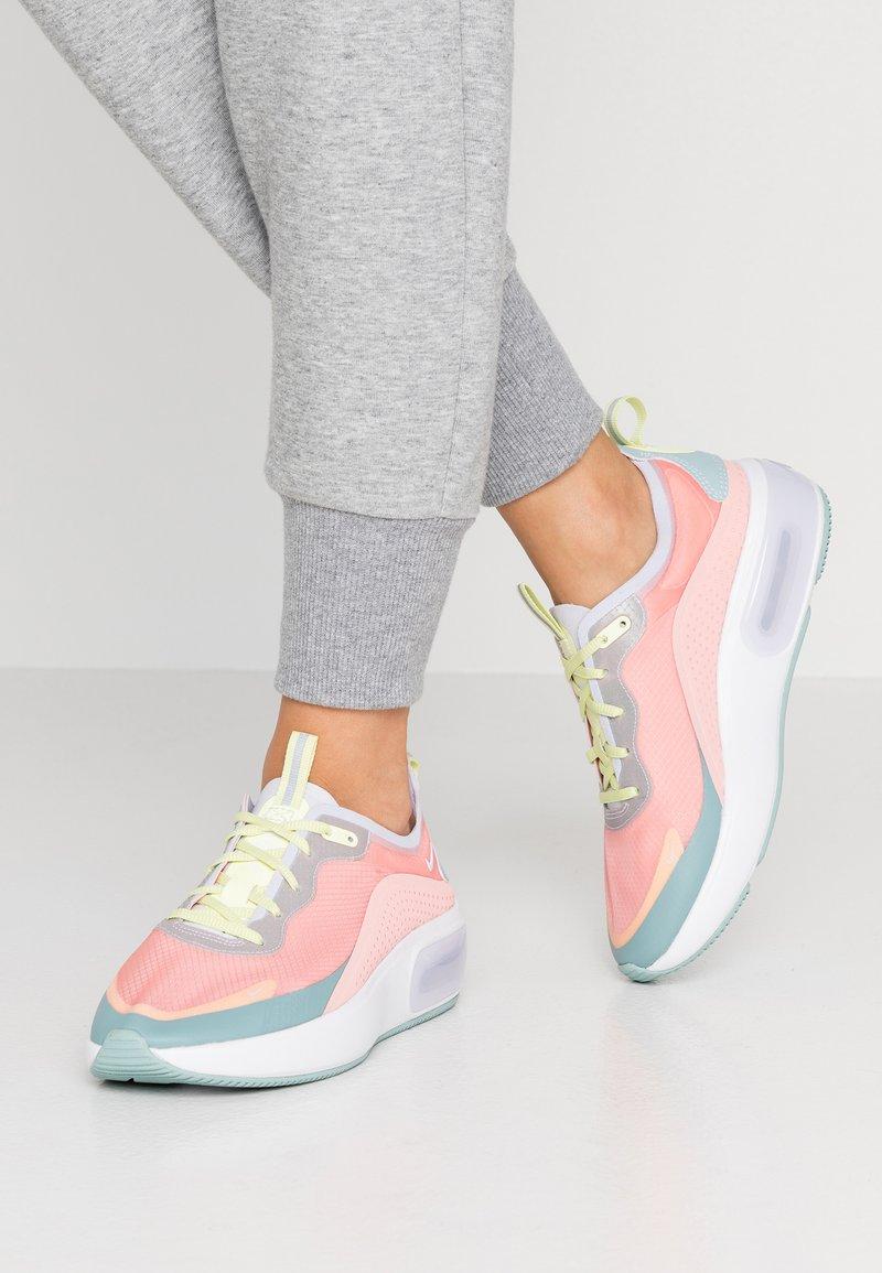 Nike Sportswear - AIR MAX DIA SE - Sneakers basse - bleached coral/ocean cube/luminous green/amethyst tint/white
