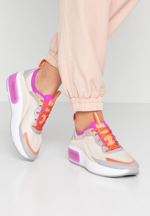 AIR MAX DIA SE - Zapatillas - light orewood brown/hyper violet/starfish/atmosphere grey/light aqua