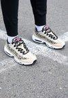 Nike Sportswear - AIR MAX 95 - Trainers - desert ore/laser fuchsia