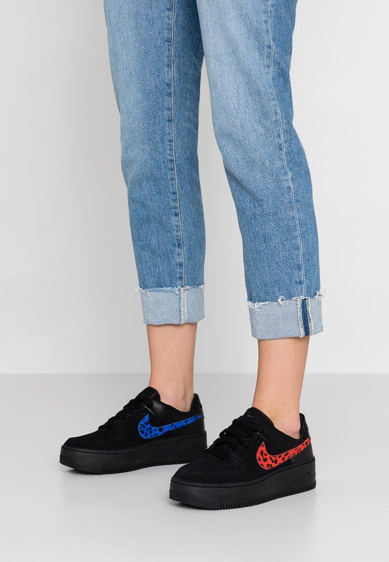 Nike Sportswear - AIR FORCE 1 SAGE - Baskets basses - black/habanero red