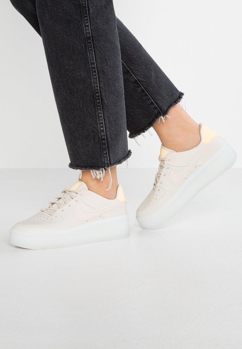 Nike Sportswear - AIR FORCE 1 SAGE  - Sneaker low - light orewood brown/melon tint