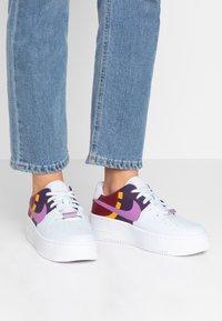 Nike Sportswear - AIR FORCE 1 SAGE  - Matalavartiset tennarit - football grey/hyper violet/team red/dark sulfur/grand purple/metallic silver - 0