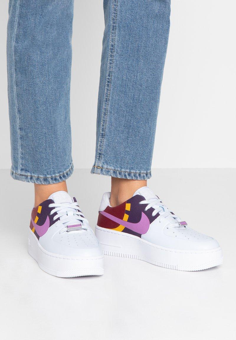 Nike Sportswear - AIR FORCE 1 SAGE  - Matalavartiset tennarit - football grey/hyper violet/team red/dark sulfur/grand purple/metallic silver