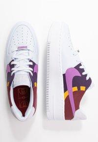 Nike Sportswear - AIR FORCE 1 SAGE  - Matalavartiset tennarit - football grey/hyper violet/team red/dark sulfur/grand purple/metallic silver - 3