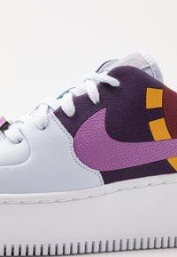 Nike Sportswear - AIR FORCE 1 SAGE  - Matalavartiset tennarit - football grey/hyper violet/team red/dark sulfur/grand purple/metallic silver - 2