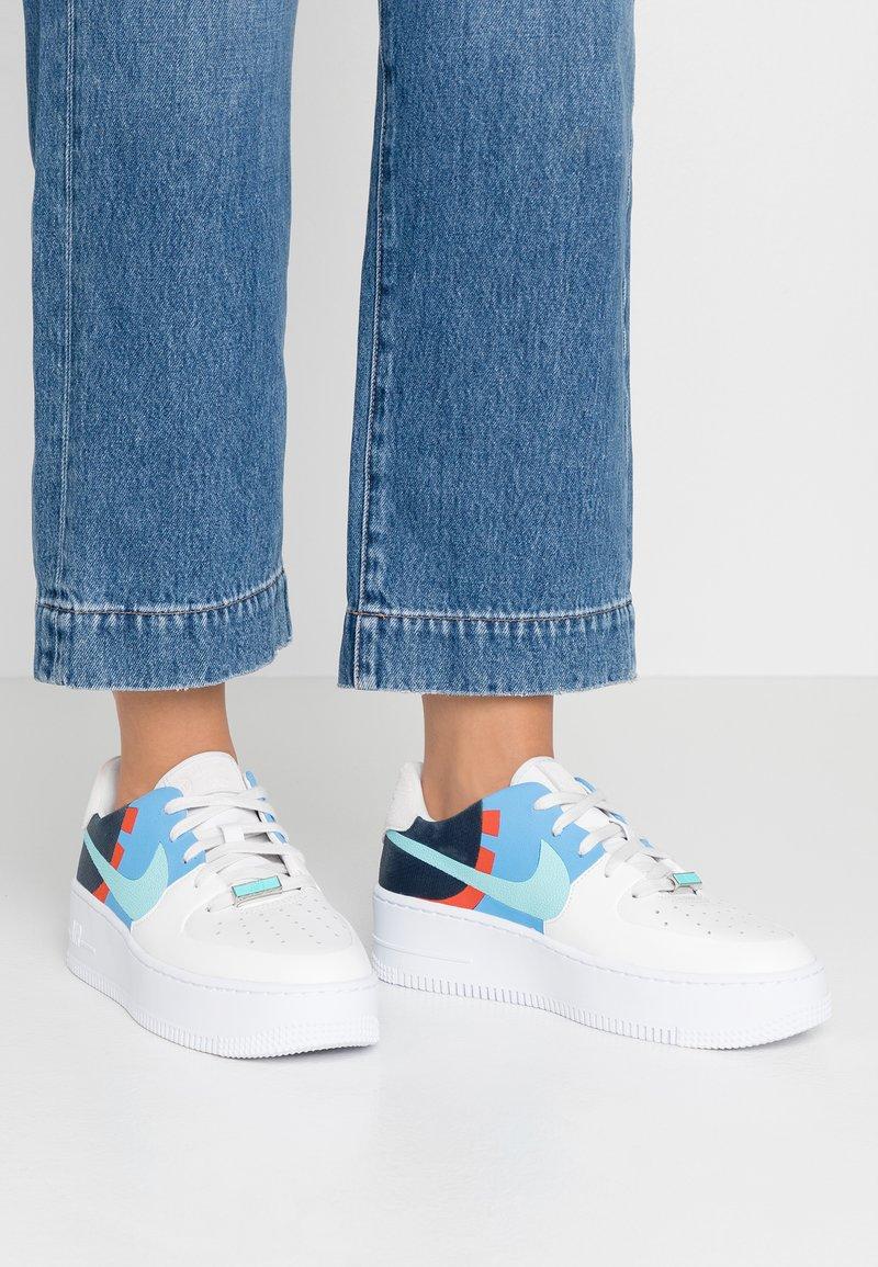Nike Sportswear - AIR FORCE 1 SAGE  - Sneaker low - platinum tint/light aqua/obsidian/team orange/universe blue/metallic silver