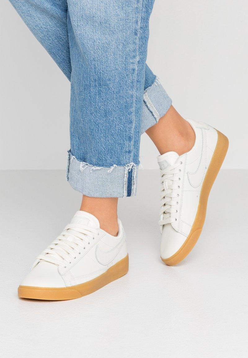 Nike Sportswear - BLAZER  - Sneakers basse - pale ivory/white