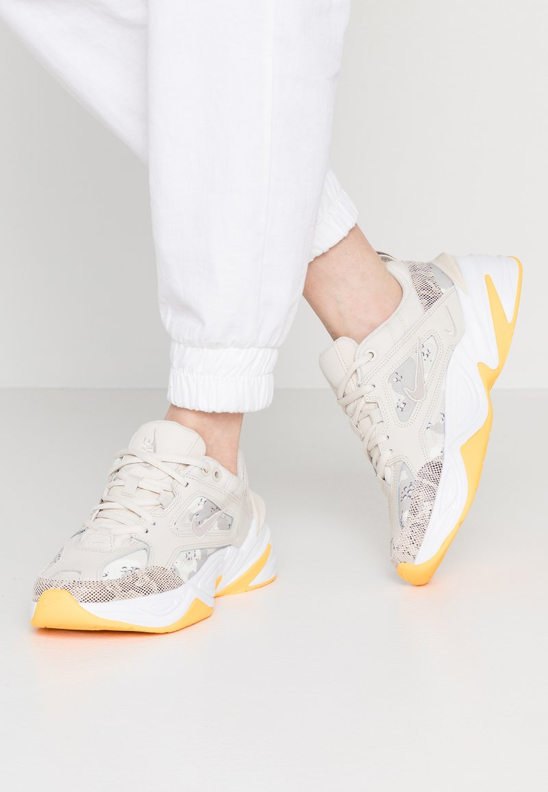 Nike Sportswear - M2K TEKNO - Sneakers basse - light orewood brown/moon particle/sail/white/hyper pink/laser orange