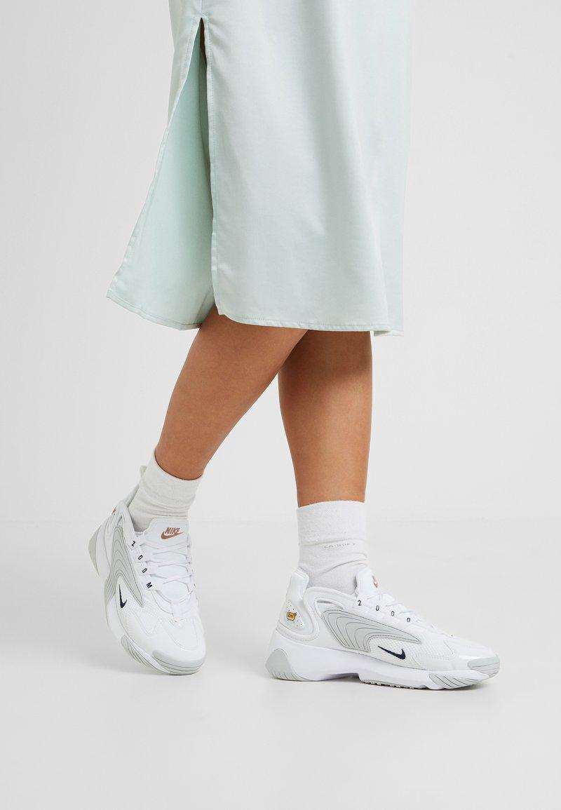 Nike Sportswear - NIKE ZOOM 2K - Sneaker low - white/midnight navy/metallic red bronze/pure platinum