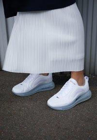 Nike Sportswear - AIR MAX 720 - Trainers - white/midnight navy/metallic red bronze/pure platinum - 4