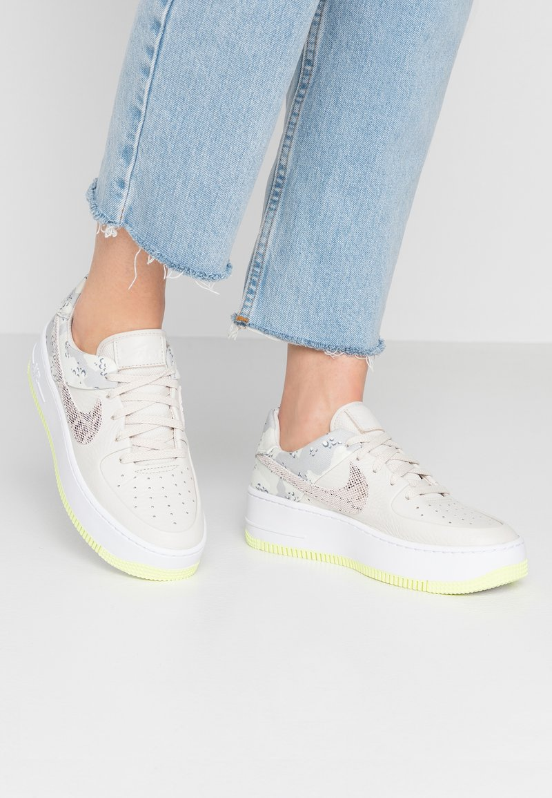 Nike Sportswear - AIR FORCE 1 SAGE PRM - Trainers - light orewood brown/moon particle/sail/white/hyper pink/racer blue