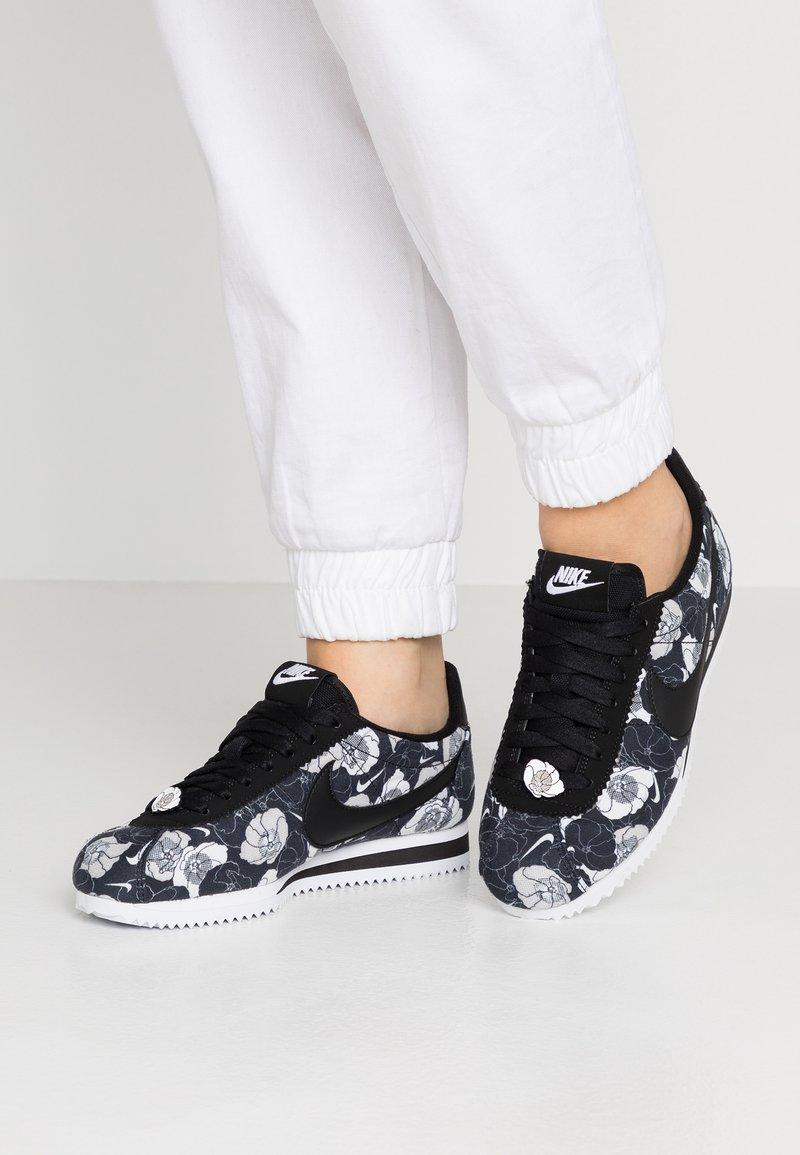 Nike Sportswear - CLASSIC CORTEZ - Sneaker low - black/white