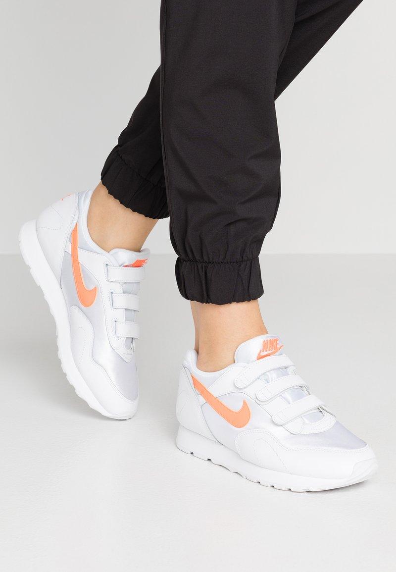 Nike Sportswear - OUTBURST V - Sneaker low - white/hyper crimson
