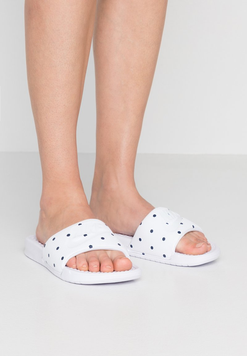 Nike Sportswear - BENASSI JDI PRINT - Pantolette flach - white/midnight navy