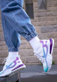 Nike Sportswear - AIR MAX 270 REACT - Matalavartiset tennarit - white/light blue/aurora green/vivid purple - 4