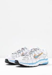 Nike Sportswear - P-6000 - Joggesko - white/university blue/metallic silver - 6