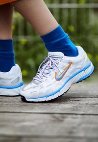 Nike Sportswear - P-6000 - Joggesko - white/university blue/metallic silver - 4
