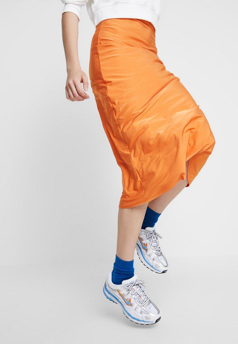 Nike Sportswear - P-6000 - Joggesko - white/university blue/metallic silver