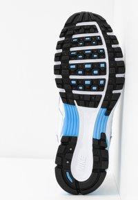 Nike Sportswear - P-6000 - Joggesko - white/university blue/metallic silver - 8
