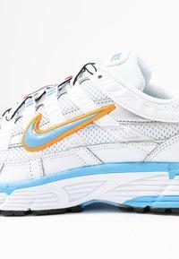 Nike Sportswear - P-6000 - Joggesko - white/university blue/metallic silver - 2