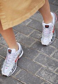 Nike Sportswear - P-6000 - Baskets basses - white/varsity red/metallic platinum - 4