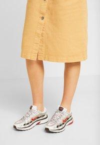 Nike Sportswear - P-6000 - Baskets basses - white/varsity red/metallic platinum - 0