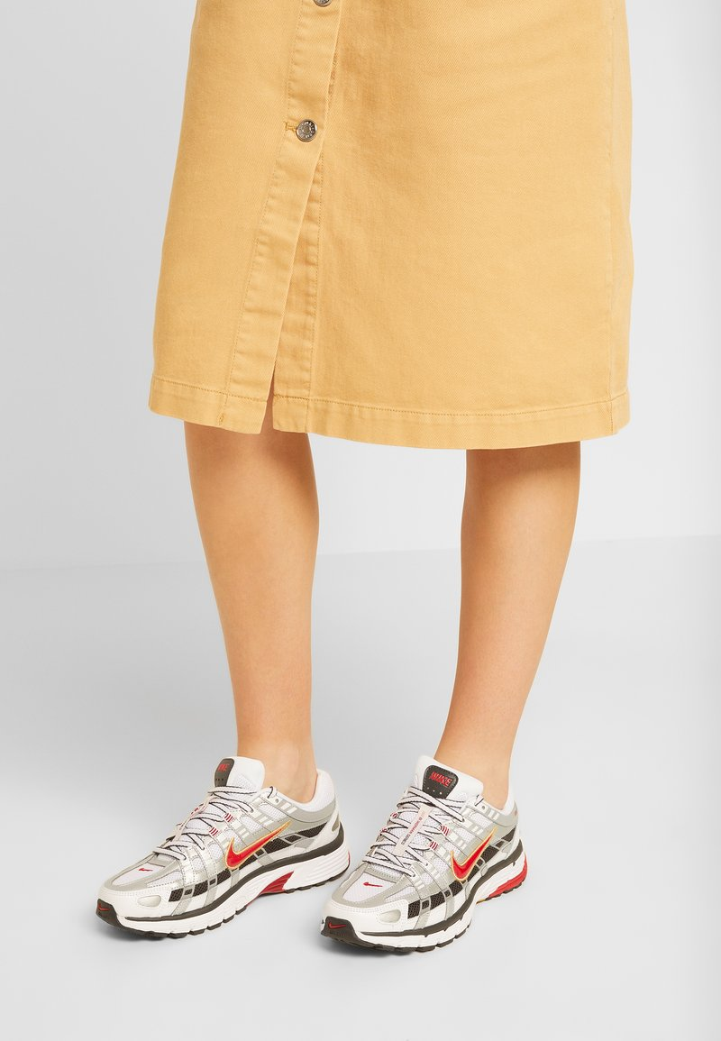 Nike Sportswear - P-6000 - Baskets basses - white/varsity red/metallic platinum