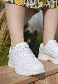 Nike Sportswear - P-6000 - Sneakersy niskie - white/platinum tint - 4