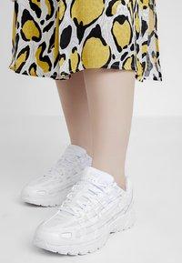 Nike Sportswear - P-6000 - Sneakersy niskie - white/platinum tint - 0